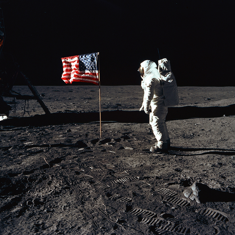 Why can't we see stars in the Moon landing pictures?