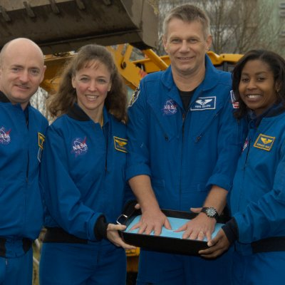Piers Sellars visits with crew of STS-121